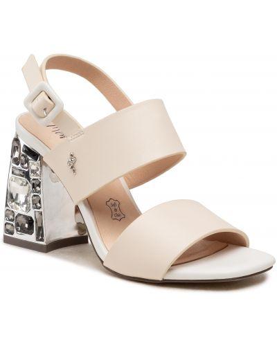Białe sandały Menbur