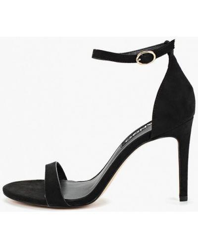 Босоножки на каблуке замшевые черные Mango